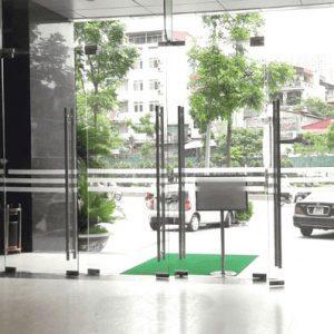 Cửa kính cường lực showroom sang trọng