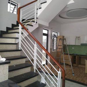 Cầu thang sắt với tay vịn gỗ được thiết kế đa dạng