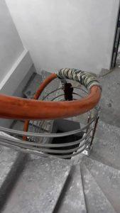 Uốn và lắp ghép tay nhựa vào thang