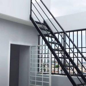 Cầu thang sắt lên sân thượng sơn màu đen đẹp
