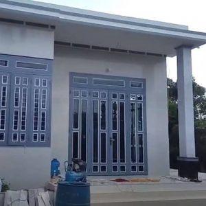 Mẫu cửa sắt kính màu ghi sáng cho nhà thêm đẹp