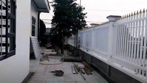 Trang trí hàng rào bằng sắt hộp sơn trắng và vàng đẹp